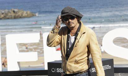 Johnny Depp visita a los fotógrafos durante el último festival de San Sebastián.
