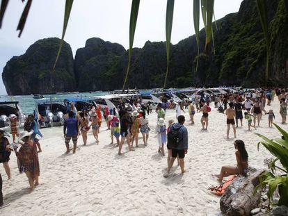 Grupos de turistas pasean por la playa de Maya Bay, en la isla Phi Phi Leh (Tailandia), el pasado mayo.
