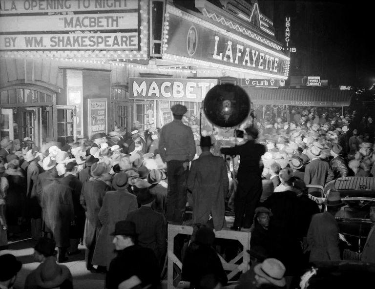 Ambiente en el estreno de 'Macbeth', de Orson Welles, en 1936 en el teatro Lafayette de Nueva York.,