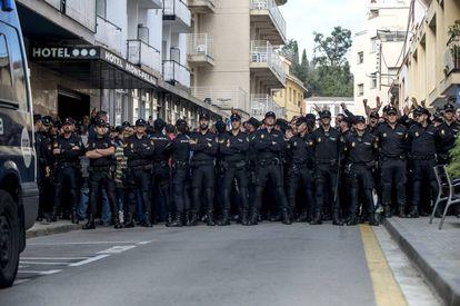Los 300 de Pineda planta cara a los autores de los escraches en el Hotel Mont Palau de Pineda de Mar.