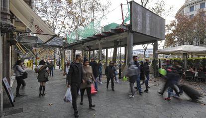Una gran marquesina en paseo de Gràcia para que los peatones pasen por debajo mientras duran las obras del edificio colindante