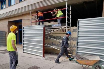 Varios obreros trabajan este lunes en la reforma de un bajo comercial en Oviedo.