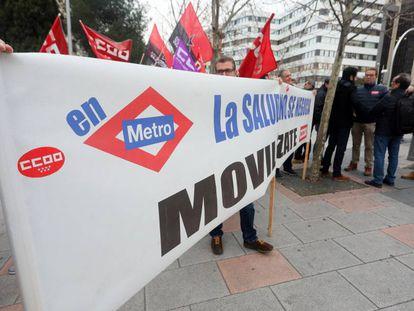 Protesta de los trabajadores de Metro ante los Juzgados de Plaza de Castilla por la instrucción del caso del amianto.