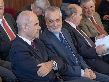 Los expresidentes Manuel Chaves y José Antonio Griñán, durante el juicio en la Audiencia de Sevilla en 2018.
