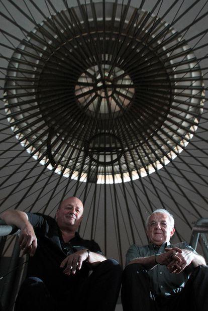 Los arquitectos Javier Alau y Antonio Lopera en la cuba del depósito.