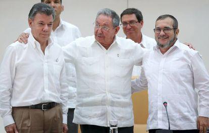 Juan Manuel Santos, Raúl Castro y Timochenko.