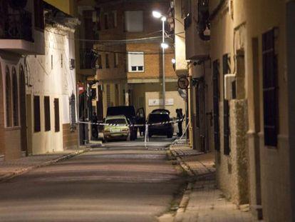 Cordón policial en la vivienda en la que el jueves fue hallado muerto un matrimonio en Villafranca de los Caballeros (Toledo).