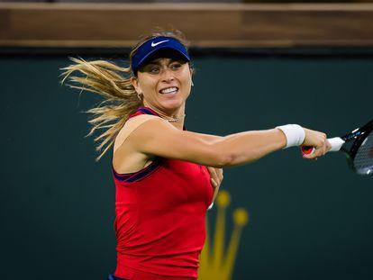 Paula Badosa golpea la pelota durante la semifinal contra Jabeur en Indian Wells.