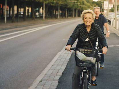 Dos personas mayores pasean en bicicleta. / GETTY