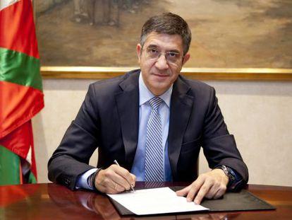El Gobierno difundió en la tarde de ayer la imagen del 'lehendakari', Patxi López, firmando el decreto de convocatoria de elecciones.