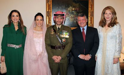 De izquierda a derecha: Rania de Jordania, la princesa Basma, el príncipe Hamzah (su marido), el rey Abdalá y la reina Noor (madre de Hamzah), en el Palacio Real de Ammán, en 2012.