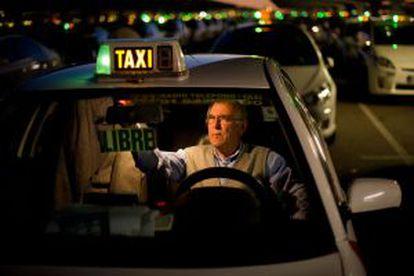 Cola de taxis en la Terminal 4 del aeropuerto de Barajas.