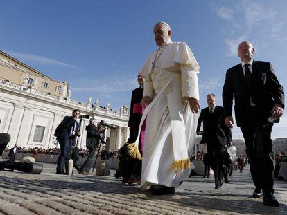 El Papa, acompañado de Domenico Giani, entonces jefe de seguridad del Vaticano, en 2015.