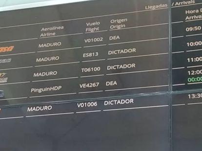 La pantalla de vuelos del aeropuerto de Caracas, este jueves.