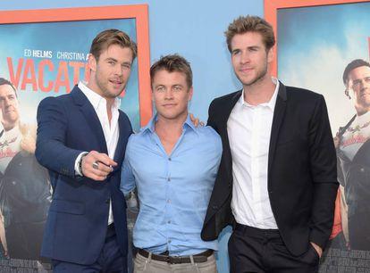 De izquierda a derecha los hermanos Hemsworth: Chris, Luke (también actor, aunque menos conocido) y Liam en la presentación de 'Vacaciones', en Los Ángeles, en 2015.