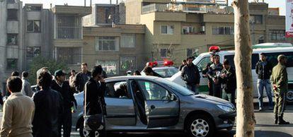 Uno de los vehículos afectados por una de las dos explosiones que ha acabado con la vida de dos científicos del programa nuclear iraní en Teherán (Fotografía distribuida por Fars News Agency).