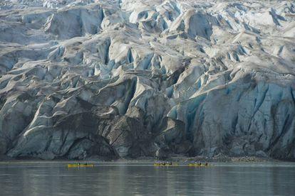 Kayaks en Glacier Bay, en Alaska (EE UU).