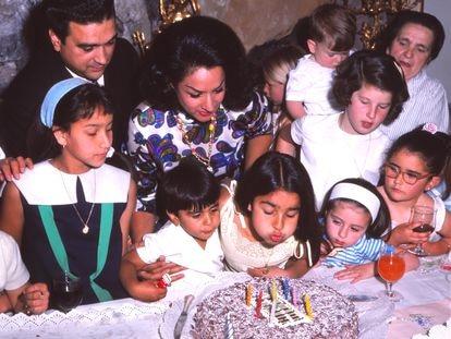 Lola Flores y su marido Antonio con Lolita, que sopla las velas de su séptimo cumpleaños en la casa de la familia en Madrid. A su izquierda, su hermano Antonio Flores.