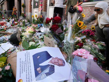 Flores en homenaje al periodista Peter R. de Vries en una calle del centro de Ámsterdam, el 8 de julio.