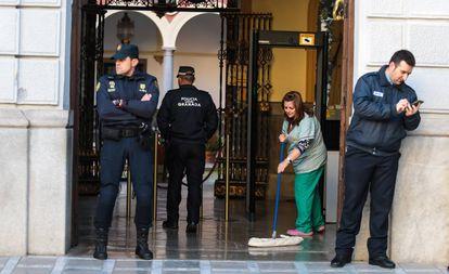 La policía durante el registro en el Ayuntamiento de Granada.
