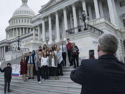 Un grupo de jóvenes, protesta contra Donald Trump en el Capitolio. En el video, el veredicto. En vídeo, Trump es absuelto de todos los cargos en el Senado.