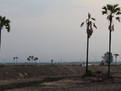 El ruido de las máquinas que trabajan en el interior de la mina acalla las conversaciones entre los vecinos de Letpadaung, un pueblo birmano que ha decidido plantar cara a la dictadura militar del país. La explotación de las tierras les ha expulsado y ha contaminado sus aguas, denuncian.