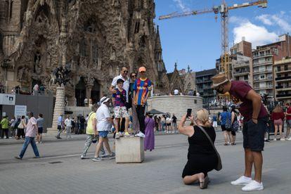 Turistas en los alrededores de la Sagrada Familia en julio.