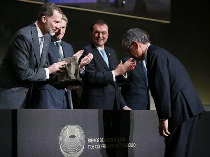 Felipe VI entrega el premio al ingeniero japonés Shigeo Takahashi.