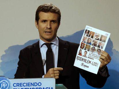 Pablo Casado, con el cartel de Arran.