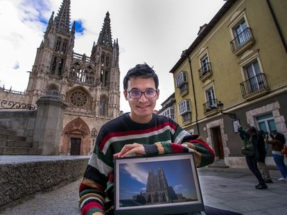 Gabriel García posa junto a su recreación de la catedral de Burgos frente al monumento.