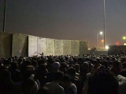 Una multitud de afganos pretende acceder a las instalaciones del aeropuerto de Kabul, este lunes.