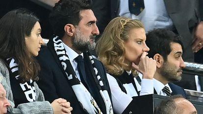 El presidente del Newcastle, Yasir Al-Rumayyan, en el centro de la imagen durante un partido del Newcastle United, el pasado domingo.