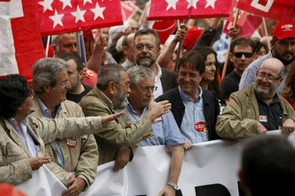 Los secretarios generales de CC OO, Ignacio Fernández Toxo (derecha), y UGT, Cándido Méndez (2 izquierda) conversan al comienzo de la manifestación que los empleados públicos han llevado a cabo hoy en Madrid.