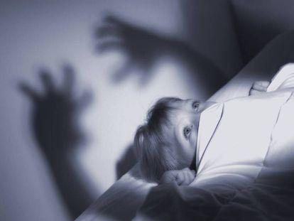 Niña despierta por un mal sueño.