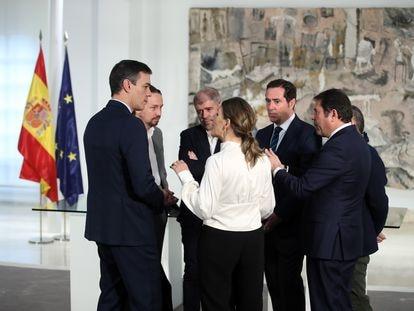 Miembros del Gobierno, los sindicatos y la patronal, en La Moncloa en abril de 2020.