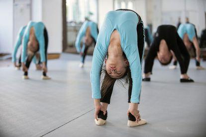 Varias menores en un centro de entrenamiento de acróbatas en China.