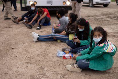 Las hondureñas Chanel, de 7 años, y su hermana Adriana, de 10, que cruzaron la frontera de Estados Unidos sin la compañía de un adulto, en La Joya, Texas.