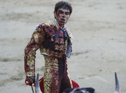 José Tomás reta a su primer toro, ayer por la tarde en Las Ventas.