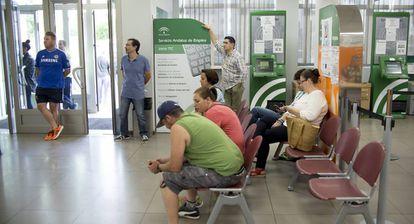 Varias personas esperan su turno en la oficina de empleo de la localidad de Dos Hermanas, en Sevilla.