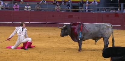 Román, en un desplante ante su primer toro.