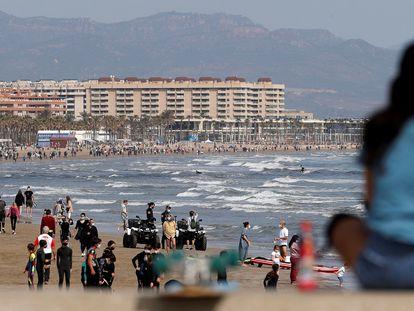 Una joven observa la playa de Las Arenas en Valencia, este domingo.