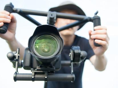 Consigue imágenes más estables y compensa las vibraciones de la cámara con un estabilizador. GETTY IMAGES.