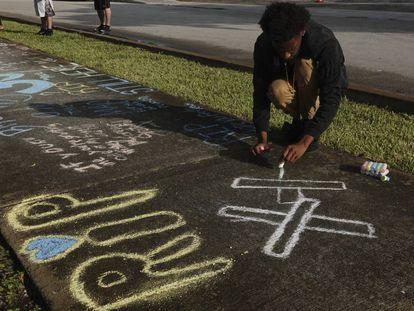 Un fan homenajea al rapero XXXTentacion tras su muerte, en Florida.