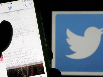 Una persona consulta su cuenta de Twitter en Burdeos (Francia).
