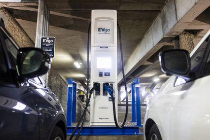Dos vehículos eléctricos, cargando la semana pasada en Washington (EE UU).