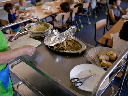 Alumnos de un colegio en Fresnedillas de la Oliva, en la Comunidad de Madrid, en el comedor.