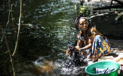 Regine Bora, de 20 años, lava la ropa en la orilla del río Onané, que pasa muy cerca de Salambongo.