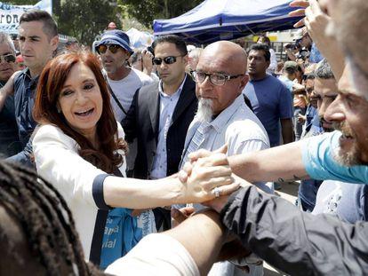 Cristina Fernández de Kirchner saluda a sus seguidores a la salida de los tribunales federales de Buenos Aires.