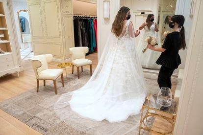 Tatiana Noreña se mira al espejo en una tienda Pronovias en Madrid.