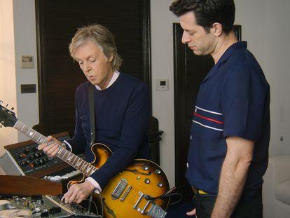 El músico Paul McCartney (izquierda) y el productor Mark Ronson, en un momento de la serie documental de Apple TV+.